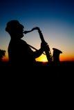 Saxofonista en la puesta del sol 2 foto de archivo