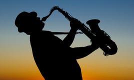 Saxofonista en la salida del sol foto de archivo libre de regalías