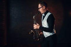 Saxofonista masculino que juega jazz clásico en el saxofón Foto de archivo libre de regalías