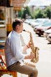 Saxofonista que joga a música jazz do saxofone fotografia de stock