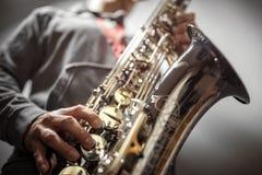 Saxofonista que joga um saxofone fotografia de stock royalty free