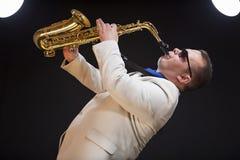 Saxofonista que toca el saxofón Foto de archivo
