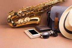 Saxofonista y accesorios para el viaje en backgro de madera rústico Imagen de archivo