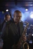 SaxofonistAnd Double Bass Player Performing In Jazz klubba royaltyfria bilder