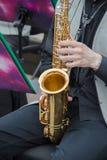 Saxofonistas que juegan en una banda de jazz, vestida en chaleco y pantalones clásicos del ` s de los hombres Fotografía de archivo libre de regalías