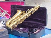 Saxofonmusikinstrument med bilaga arkivbilder