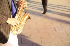 Saxofonspelare Busking royaltyfria foton