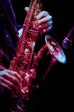 Saxofonspelare i levande kapacitet Arkivfoton