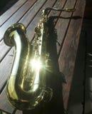 Saxofoon die met halo in het richten van zonlicht flikkeren royalty-vrije stock foto's