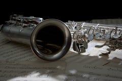 Saxofoon en de oude muziek van het Blad Royalty-vrije Stock Afbeeldingen