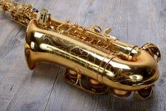 Saxofoon op hout Stock Afbeelding