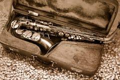 Saxofoon in oud leergeval royalty-vrije stock afbeelding