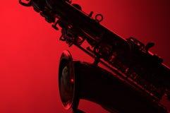 Saxofoon in Silhouet op Rood Royalty-vrije Stock Afbeelding