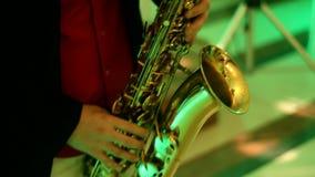 Saxofoonspeler bij het banket, goed licht stock videobeelden