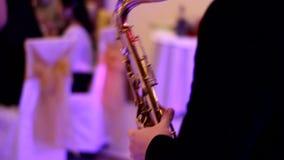 Saxofoonspeler bij het banket, goed licht stock video