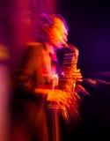 Saxofoonspeler die op stadium presteren Stock Foto