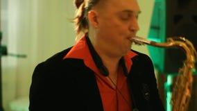 Saxofoonspeler op het werk stock video
