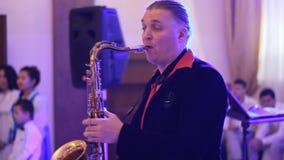Saxofoonspeler op het werk stock footage