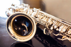 Saxofoonteneur Hout Klassiek Instrument Jazz, blauw, schrijvers uit de klassieke oudheid Muziek Saxofoon op een zwarte achtergron Royalty-vrije Stock Foto