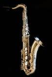 Saxofoonteneur Hout Klassiek Instrument Jazz, blauw, schrijvers uit de klassieke oudheid Muziek Saxofoon op een zwarte achtergron Royalty-vrije Stock Afbeelding