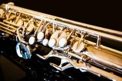Saxofoonteneur Hout Klassiek Instrument Jazz, blauw, schrijvers uit de klassieke oudheid Muziek Saxofoon op een zwarte achtergron Royalty-vrije Stock Fotografie