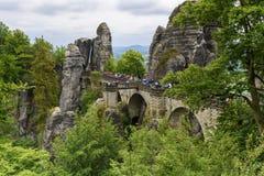 Saxon Швейцария туристической достопримечательности моста Bastei Стоковые Фотографии RF