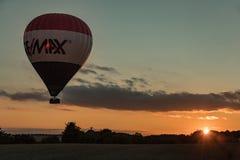 Saxon, Germania - 13 agosto 2017 La mongolfiera in cielo e la gente nel canestro sorvolano il paesaggio a tempo del tramonto Fotografia Stock