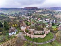 Saxon ha fortificato la chiesa ad Alma Vii Transylvania Romania aereo Immagine Stock Libera da Diritti