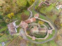 Saxon ha fortificato la chiesa ad Alma Vii Transylvania Romania aereo Fotografia Stock