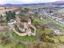 Saxon ha fortificato la chiesa ad Alma Vii Transylvania Romania aereo Immagini Stock Libere da Diritti