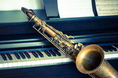 Saxophon auf Klavier Stockfoto