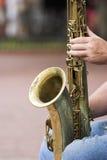 Saxophon auf Knien Stockfotografie