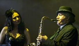 Saxophon-Spieler an der Wien-Kugel Stockbild