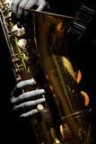 Saxophon-Spieler-Saxophonist-Closeup Isolated On-Schwarzes Backgroun lizenzfreie stockfotos