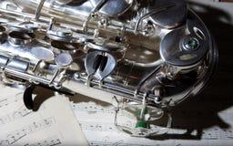 Saxophon und alte Blattmusik Stockfotografie
