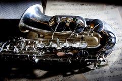 Saxophon und alte Blattmusik Stockbilder