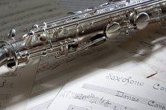 Saxophon und alte Blattmusik Stockfotos