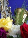 Saxophon und Blumen Stockfotografie