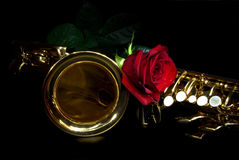 Saxophon und stieg lizenzfreies stockfoto