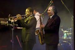 Saxophon-und Trompete-Spieler an der Wien-Kugel Stockfoto