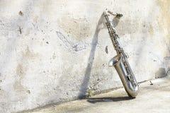 Saxophon vor einer Weinlesewand lizenzfreies stockfoto