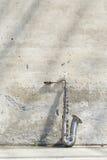 Saxophon vor einer Weinlesewand stockfotos