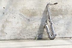 Saxophon vor einer Weinlesewand Lizenzfreie Stockbilder