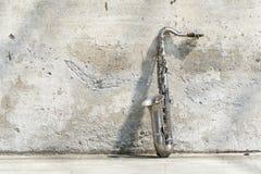 Saxophon vor einer Weinlesewand Stockfotografie