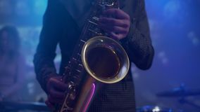 Saxophone παιχνιδιού ατόμων κατά τη διάρκεια της συναυλίας κλείστε επάνω απόθεμα βίντεο
