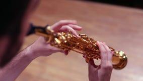 Saxophone σοπράνο παιχνιδιού ατόμων απόθεμα βίντεο