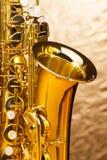 Saxophone d'alto avec des clés sur le fond argenté Images libres de droits
