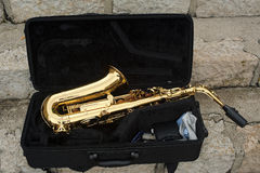 Saxophone dans une boîte images libres de droits