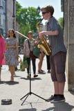 Saxophone de jeu de musicien dans le jour de musique de rue Image stock