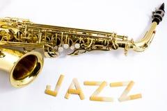 Saxophone sur le fond blanc Photo stock